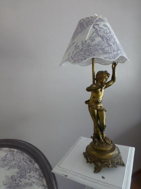 Lampe chérubin, création de l'abat jour en toile de Jouy