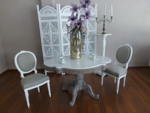 Table violon dessus marbre blanc