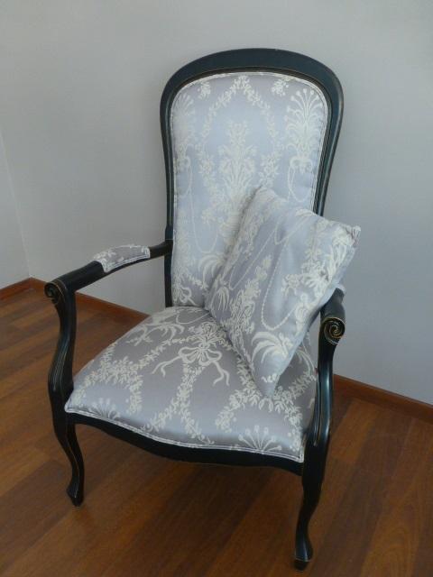 Voltaire restauré avec une patine noire satinée dorée, tissu de créateur avec son coussin assorti