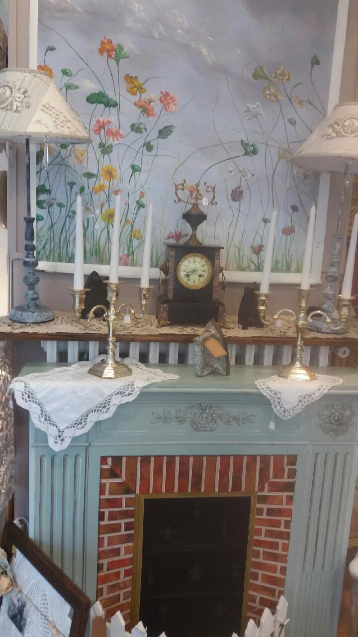 Ambiance Shabby chic pour cette cheminée et son décor romantique
